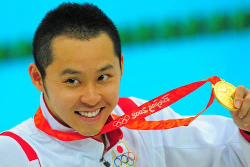 图文:男子200米蛙泳北岛康介夺金 展示金牌