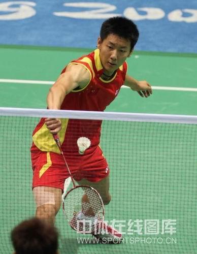 图文:羽毛球男单1/4决赛陈金晋级 接球