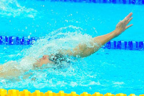 图文:男子200米个人混合泳 仰泳前进