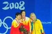 图文:女子200米蝶泳刘子歌夺金 前三名合影