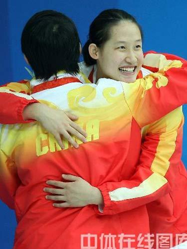 图文:女子200米蝶泳中国包揽金银牌 拥抱战友