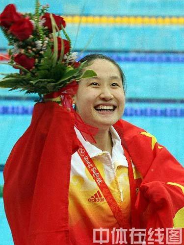 图文:女子200米蝶泳中国包揽金银牌 笑靥如花