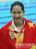 图文:女子200米蝶泳中国包揽金银牌 身披国旗