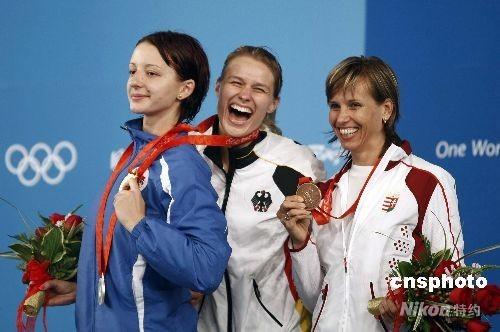 8月13日,北京奥运会击剑比赛进入第五日,在国家会议中心击剑馆进行的女子重剑个人决赛中,德国选手布丽塔-海德曼(中)以15-11战胜罗马尼亚选手安娜-玛丽亚-布伦泽(左),获得冠军。 中新社发 盛佳鹏 摄