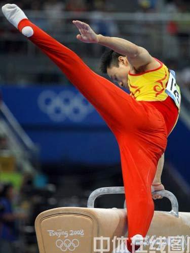图文:体操男子全能决赛中国冲金 杨威在鞍马上