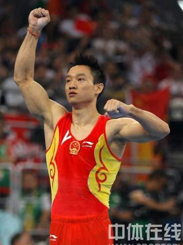 图文:体操男子全能决赛中国冲金 杨威振臂助威