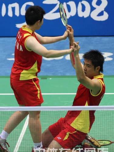 图文:羽球混双1/4赛何汉斌/于洋晋级  击掌