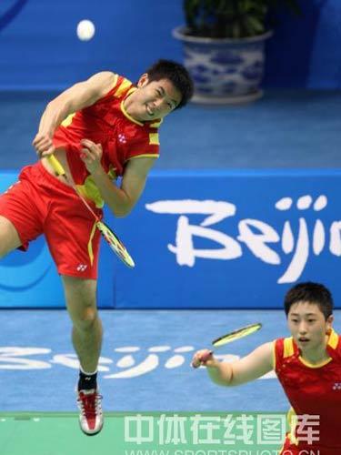 图文:羽球混双1/4赛何汉斌/于洋晋级 跃起接球