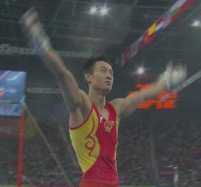 图文:[夺金时刻]杨威体操男子个人全能夺冠