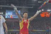 组图:杨威庆祝获得体操男子个人全能冠军