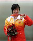 图文:女子50米三姿杜丽夺冠 展示金牌
