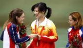 图文:女子50米三姿杜丽夺冠 接受对手祝贺