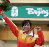 图文:女子50米三姿杜丽夺冠 高举花束
