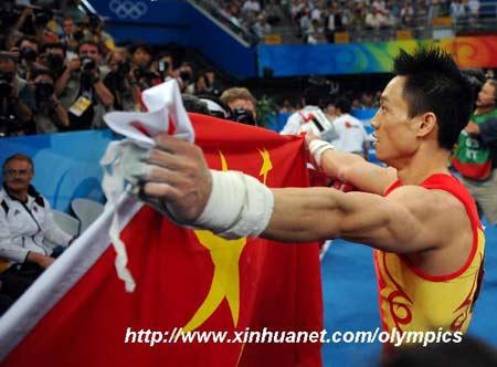 北京,2008年8月14日 (北京奥运)(1)体操——杨威!扬威! 8月14日,中国选手杨威在夺冠后手持五星红旗庆祝。当日,在国家体育馆举行的北京奥运会男子个人全能决赛中,中国选手杨威以94.575分的成绩夺得冠军。 新华社记者程敏/摄