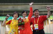 图文:女子50米三姿杜丽夺冠 与两位教练合影