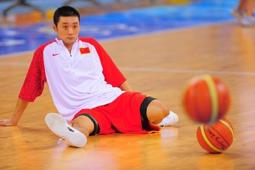 图文:[奥运会]中国男篮VS安哥拉 刘炜伤痕明显