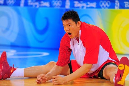 图文:[奥运会]中国男篮VS安哥拉 朱芳雨虎视眈眈