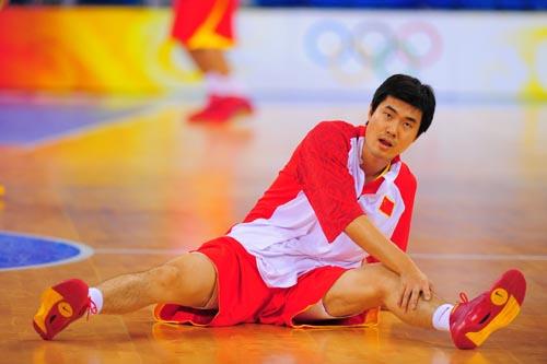 图文:[奥运会]中国男篮VS安哥拉 王仕鹏拉伸韧带