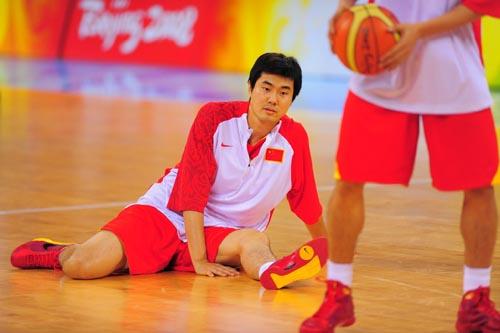 图文:[奥运会]中国男篮VS安哥拉 若有所思