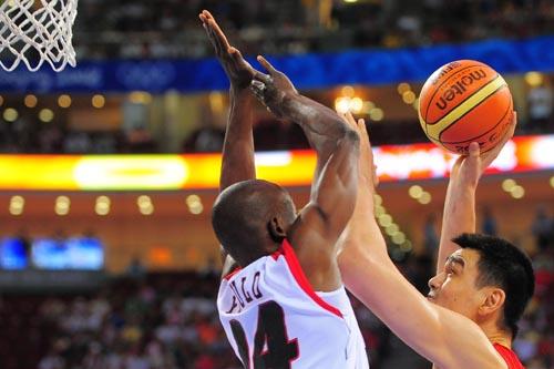 图文:[奥运会]中国男篮VS安哥拉 姚明突破阻拦