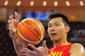 图文:[奥运会]中国男篮VS安哥拉 易建联控制力