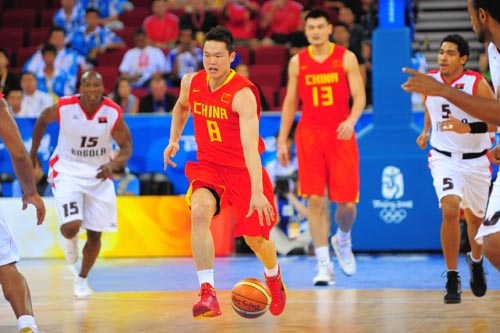 图文:[奥运会]中国男篮VS安哥拉 运球突破