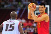 图文:[奥运会]中国男篮VS安哥拉 姚明做球