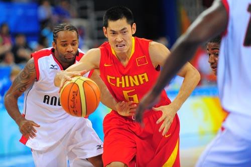 图文:[奥运会]中国男篮VS安哥拉 张庆鹏恶狠狠