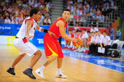 图文:[奥运会]中国男篮VS安哥拉 刘炜护球