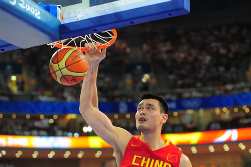 图文:[奥运会]中国男篮VS安哥拉 发力暴扣