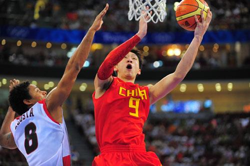 图文:[奥运会]中国男篮VS安哥拉 孙悦闪身上篮