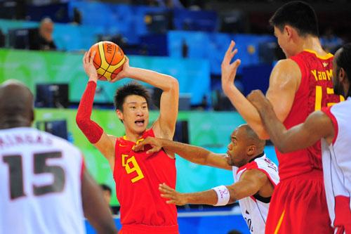 图文:[奥运会]中国男篮VS安哥拉 对方防守强悍