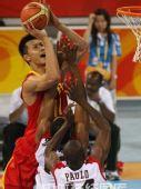 图文:男篮小组赛中国迎战安哥拉 易建联上篮