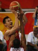 图文:男篮小组赛中国迎战安哥拉 易建联争球