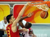 图文:男篮小组赛中国迎战安哥拉 球中篮筐