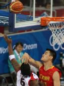 图文:男篮小组赛中国迎战安哥拉 跳起争球