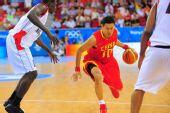 图文:[奥运会]中国男篮VS安哥拉 李楠突破