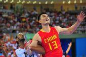 图文:[奥运会]中国男篮VS安哥拉 篮下卡位