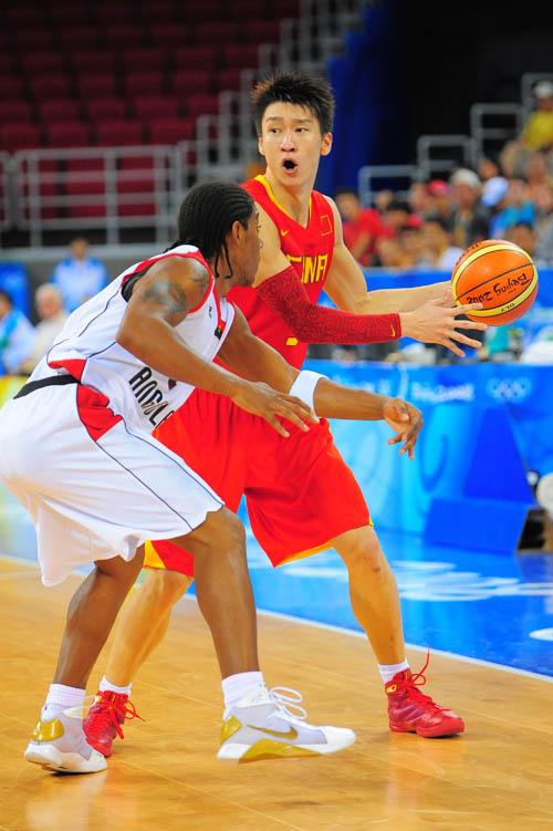 图文:[奥运会]中国男篮VS安哥拉 观察好再转球