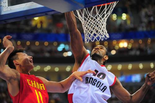 图文:[奥运会]中国男篮VS安哥拉 阿联封盖不及