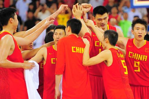 图文:[奥运会]中国男篮85-68安哥拉 击掌庆祝