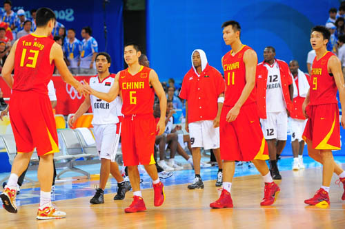 图文:[奥运会]中国男篮85-68安哥拉 张庆鹏姚明击掌