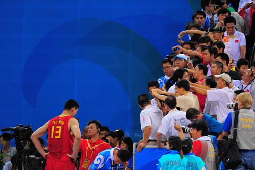图文:[奥运会]中国男篮85-68安哥拉 赛后接受采访