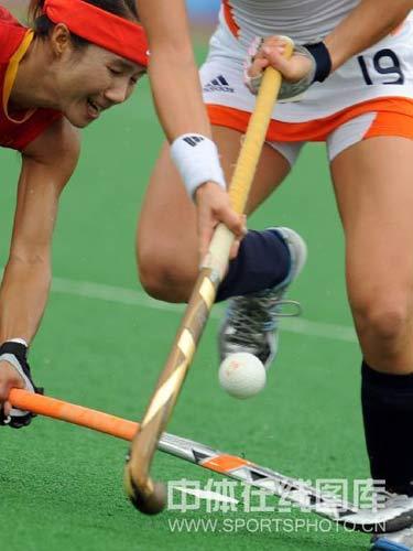 图文:女子曲棍球中国0-1负荷兰 激烈竞争