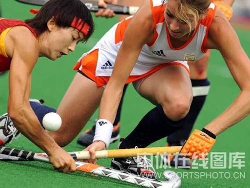 图文:女子曲棍球中国0-1负荷兰 竞争激烈