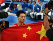 图文:男子个人全能决赛 手持五星红旗庆祝
