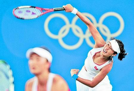 8月12日,在北京奥运会网球女双首轮比赛中,白俄罗斯选手戈沃尔索娃/库斯托娃以2比0战胜中国选手彭帅/孙甜甜。新华社