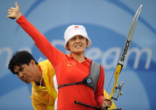 图文:张娟娟获女子个人射箭金牌  出场亮相