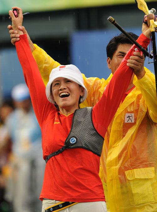 图文:张娟娟获女子个人射箭金牌  庆祝胜利