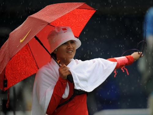 图文:张娟娟获女子个人射箭金牌  撑伞出战